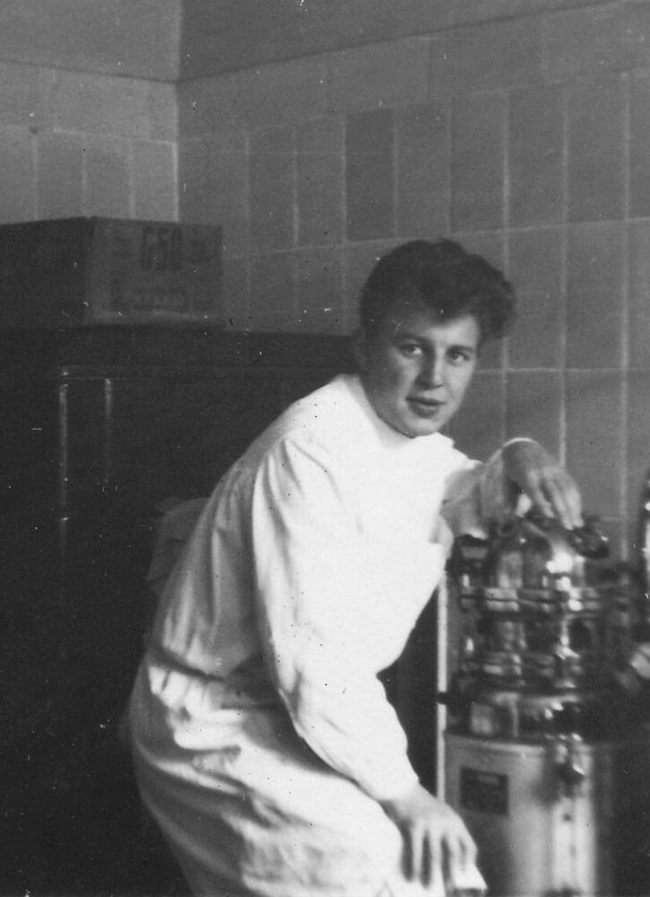 Apotheker Helmut Wittig im Labor